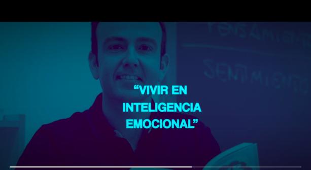 Captura de video de la presentación del programa de implantación de inteligencia emocional. Muestra a Alberto Ortega realizando la presentación.